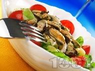 Рецепта Салата с марули, чери домати, миди и сирене бри